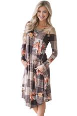 茶色の花のチェックロングスリーブカジュアルミディアムドレス