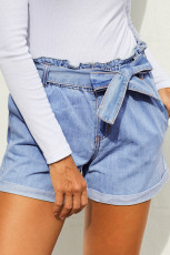 Ljusblå pappersväska midja denim shorts