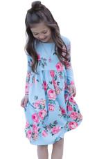 Květinové světle modré švihové šaty se skrytými kapsami
