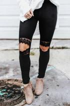 شلوار گل توخالی از ساق های لاغر سیاه