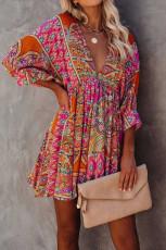 Wielokolorowa sukienka mini z dekoltem w szpic i rękawami 3/4 w artystycznym stylu vintage