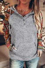 Pull à capuche et cordon de serrage à manches longues et col boutonné imprimé tribal gris