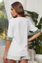 Valkoinen syvä V-kaula-aukkoinen puolihiha kirjonta-paitapusero