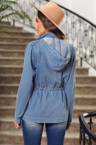 Égkék színű zsebek, elülső cipzáras gombokkal, húzózsinórral, övvonalú kapucnis kabát