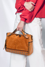 Brązowa torebka crossbody z nitowanym uchwytem z PU