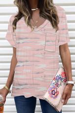 Camiseta rosa de camuflaje con bolsillo delantero y cuello en V