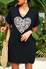 Vestido estilo camiseta con cuello en V y estampado de leopardo en forma de corazón