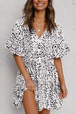 فستان قصير مكشكش بياقة على شكل V مع أزرار