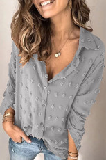Chemise grise à pois et boutons à manches longues