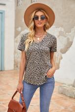 Leopard Print V nyakú póló zsebbel