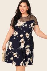 Mini šaty s květinovým potiskem v nadměrné velikosti a síťovanými záplatami