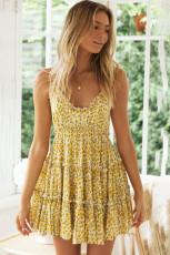 Robe jaune à bretelles spaghetti à col en V et smocks à fleurs