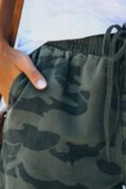 Army Green Camo Print Raw Hem alkalmi rövidnadrág