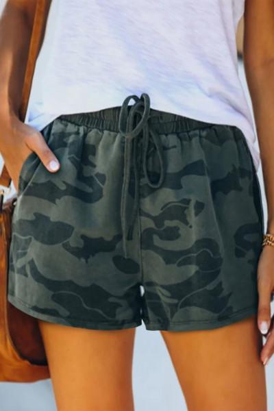Casualowe szorty z surowym brzegiem w kolorze wojskowym w kolorze moro