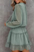Grønn sveitsisk prikkboble-erme ruffle minikjole