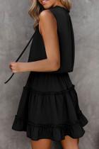 Svart ermeløs V-hals rufsete sving mini kjole