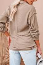 Top z dzianiny zapinanej na guziki w kolorze khaki z przodu