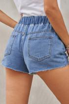 Niebieskie dżinsowe szorty z elastyczną talią w trudnej sytuacji