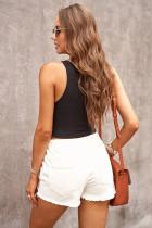 Białe dżinsowe szorty z elastyczną talią w trudnej sytuacji
