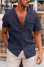 Blå knäppt kortärmad herrskjorta med ficka