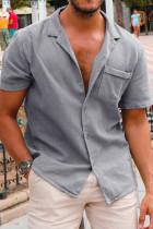Grå knappad kortärmad herrskjorta med ficka