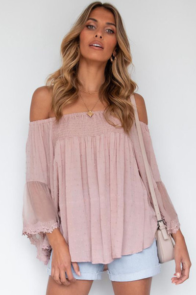 Różowa bluzka z odkrytymi ramionami i patchworkową falbanką