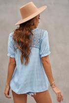 Háčkovaná košile s krátkým rukávem z krajky s nebeským modrým výstřihem do V