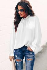 Biała bluzka z falbanką z dekoltem w szpic