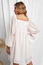 Klasyczna krótka sukienka w stylu babydoll z bufiastymi rękawami i kwadratowym dekoltem