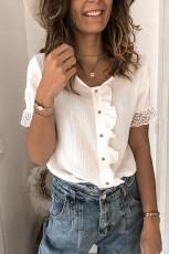 Valkoinen röyhelöillä napitettava lyhythihainen paita