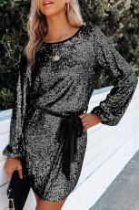 Silbernes, lockeres, langärmliges Paillettenkleid mit Schärpe