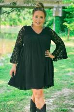 Schwarzes Plus Size Minikleid mit ausgestellten Ärmeln und Spitze