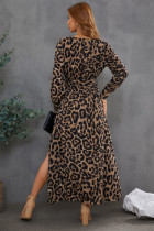 Seksowna sukienka maxi w panterkę z dekoltem w szpic i mankietami