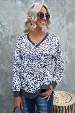 Šedý výstřih s dlouhým rukávem a výstřihem do V s leopardím barevným blokem