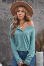 Błękitny sweter z guzikami i długim rękawem