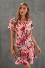 Różowa sukienka mini z rozcięciem w kwiaty i falbanami