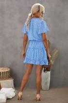 Niebieska sukienka mini w kropki z rozciętym dekoltem i falbanami