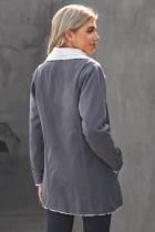 Grå jacka med knappar i fleeceknäppning