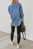 Niebieska koszula jeansowa z odkrytym kołnierzykiem i guzikami z długim rękawem