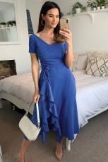 Blå V -ringad midiklänning med kort ärm och volanger