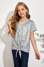 結び目が付いている小さな女の子のヒョウ柄のTシャツ
