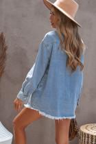 Niebieska kurtka dżinsowa z surowym wykończeniem i guzikami