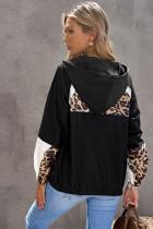Czarna bluza z kapturem z kontrastowymi przeszyciami w panterkę