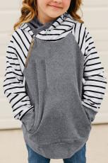 斜めのジッパーの子供のパーカーをつなぎ合わせる灰色の縞