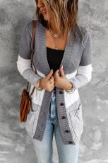 Mehrfarbige Fronttasche und Cardigan mit Knopfverschluss