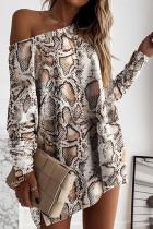 Luźna sukienka mini z długim rękawem w wężową skórę