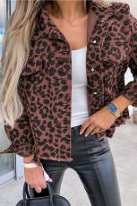 Braune, kurze Jacke mit Leopardenmuster und geknöpftem Saum