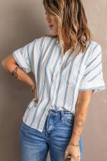 Camisa de bolso com listra azul celeste de manga curta abotoada