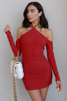 Mini abito aderente rosso con scollo all'americana e spalle scoperte