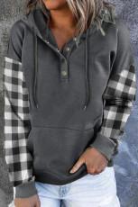 Grauer, karierter Pullover mit Druckknopf und Tasche